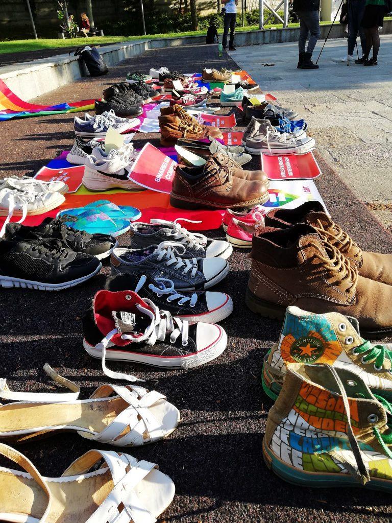 Eveniment emoționant în Capitală: zeci de pantofi expuși în Piața Universității într-un gest de solidaritate cu persoanele gay din România