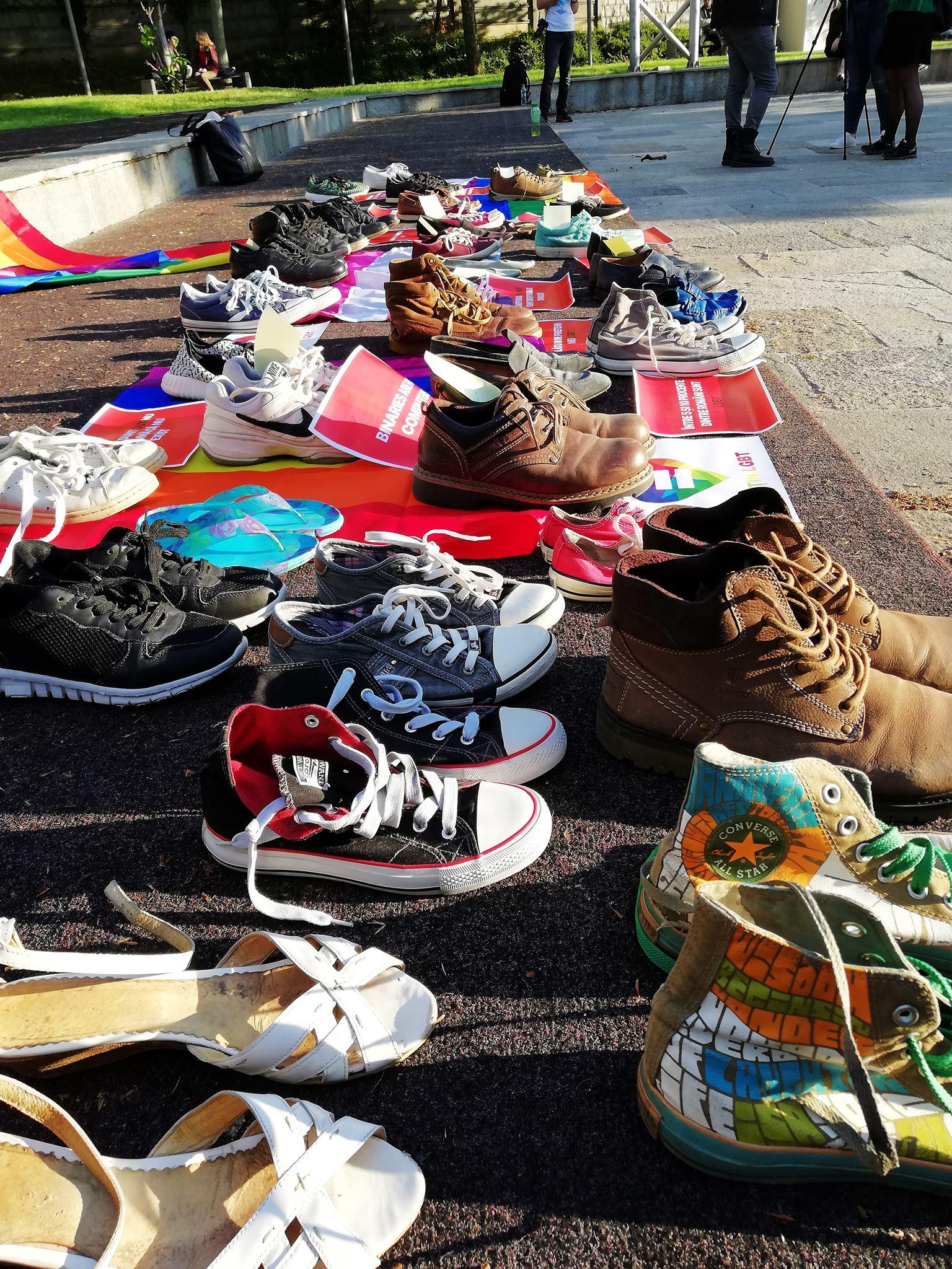 Eveniment emoționant în Capitală: zeci de pantofi expuși în Piața Universității, în solidaritate cu persoanele gay din România